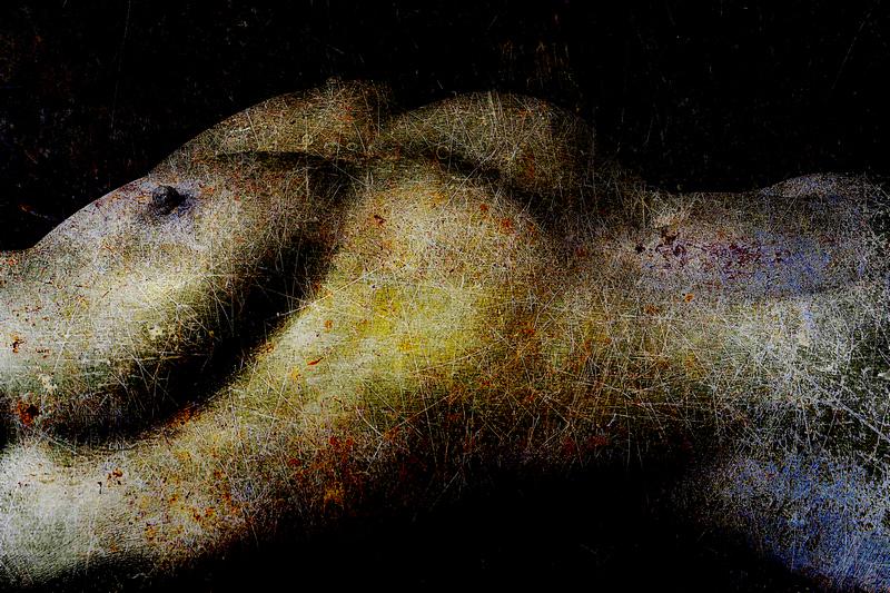 Photographie artiste femme nue allongée