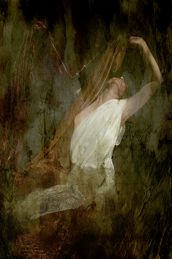 Photographie Thalie B Vernet - portrait Femme sous l'eau avec drap