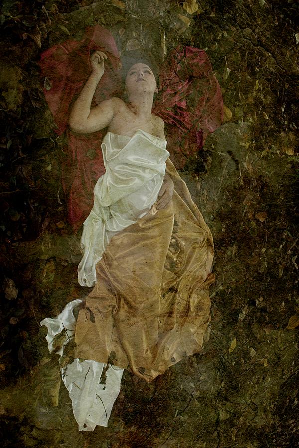 photo artistique femme allongé nue sous un drap