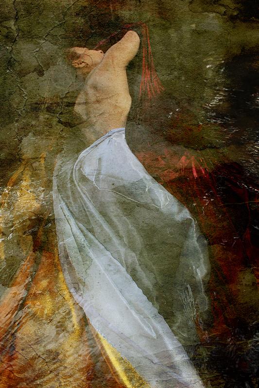 femme allongé dans l'eau de dos